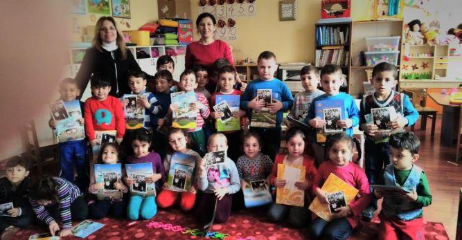 Atatürkçü Düşünce Derneği Arhavi Şubesi Kitap Dağıttı