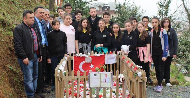 Arhavi Özel Temel Lisesi Öğrencileri Merhum Musa Ulutaş ve Sedat Batumoğlu'nun Kabristanlarına Çeşitli Meyve Fidanları Dikti